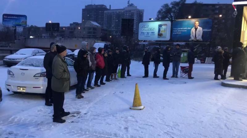 Десятки людей ждут своей очереди в Pneus Gordons, чтобы сменить зимнюю резину. (Credit: Elizabeth Zogalis/CJAD)