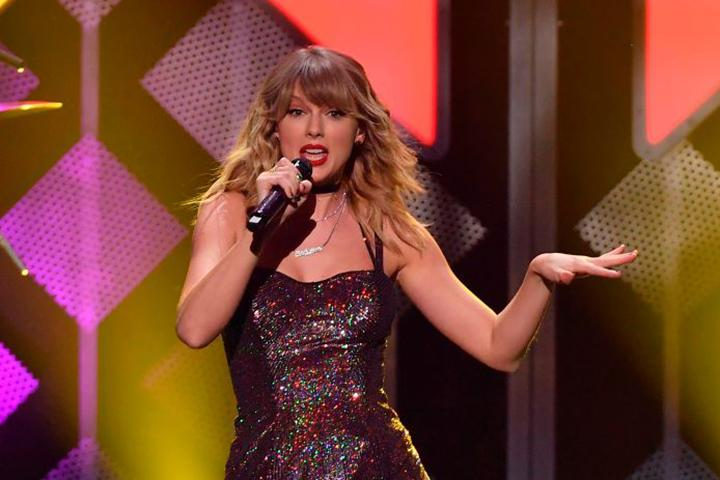 Surprising Taylor Swifts Birthday Cake Has Fans Freaking Out Funny Birthday Cards Online Inifodamsfinfo
