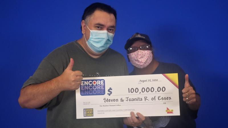 Steven and Juanita Renaud of Essex, Ont. with their $100,000 earnings. (courtesy OLG)