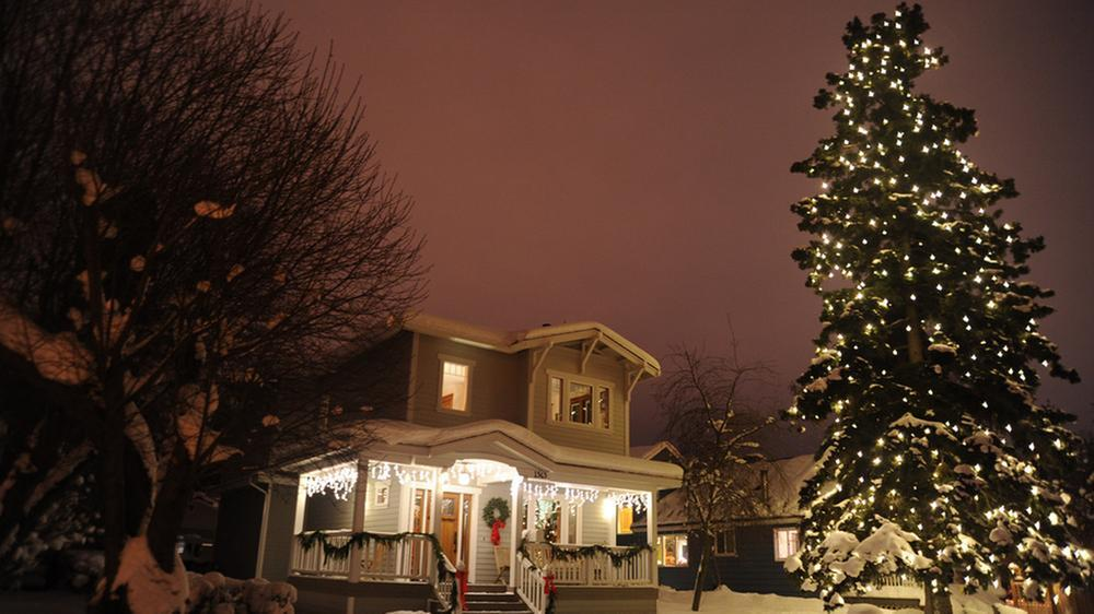 Christmas- (exterior of home, with tree) (Flickr)