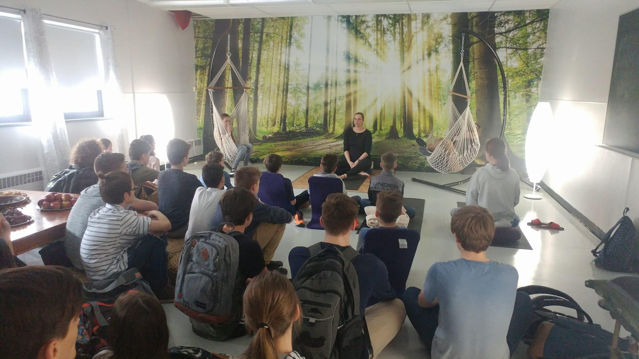 Coloriage Gymnase Ecole.Un Salon Pour Calmer Les Jeunes A La Source