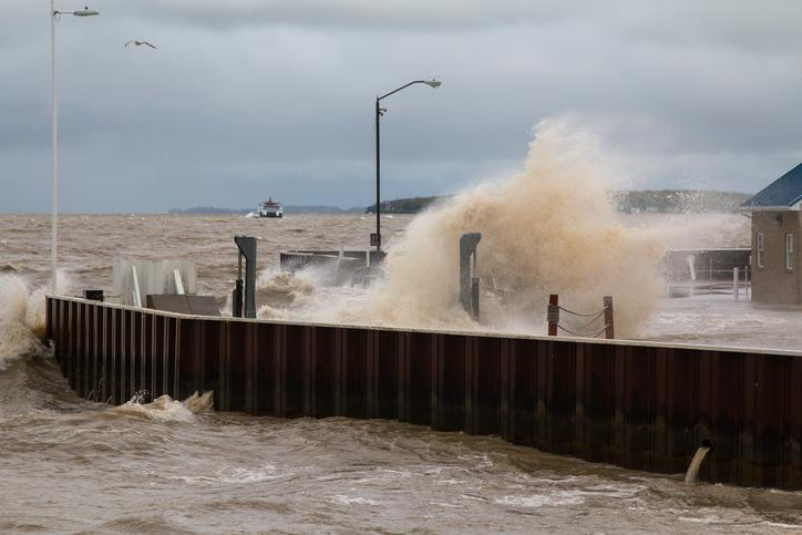 AM800-NEWS-LAKE-ERIE-SHORELINE-FLOODING-ISTOCK