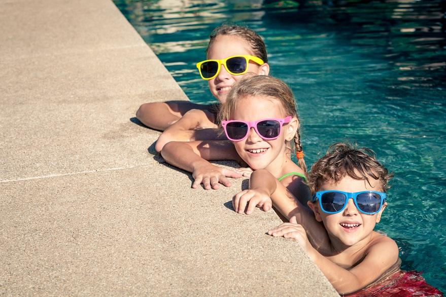 AM800-NEWS-outdoor-pool-children-swimming-istock