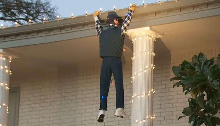 Video Guy Tries To Rescue Clark Griswold Quot From Xmas Display