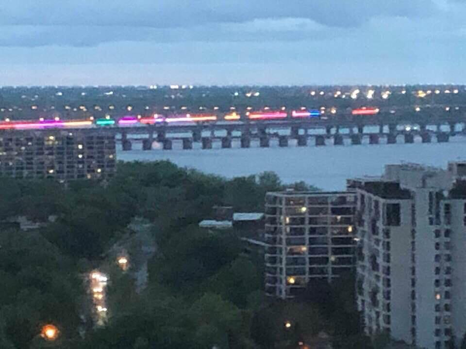 Les lumières du nouveau pont Champlain sont visibles à plusieurs km à la ronde.