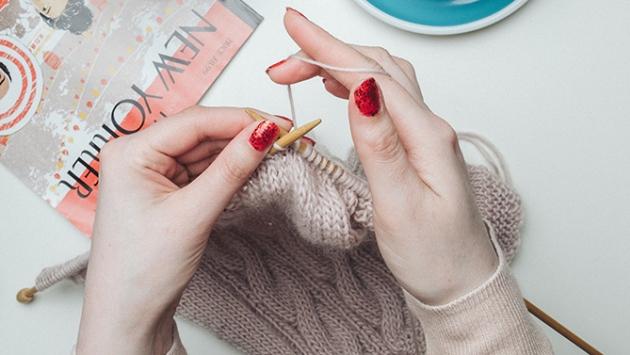 Mains de femme qui tricote