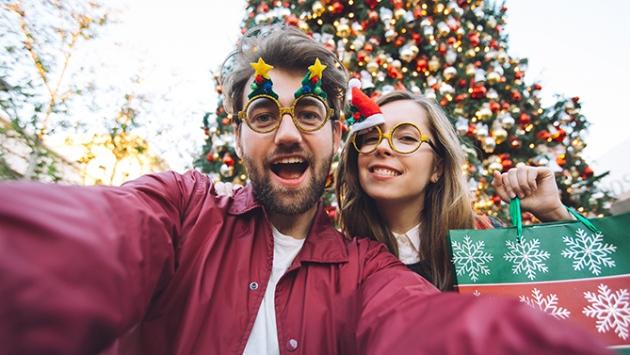 Un couple devant un arbre de Noël