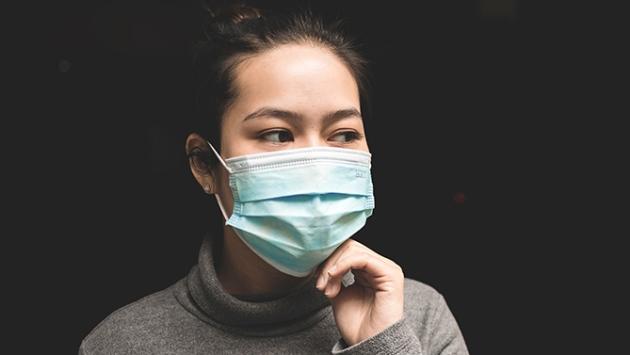 Femme qui porte un masque médical