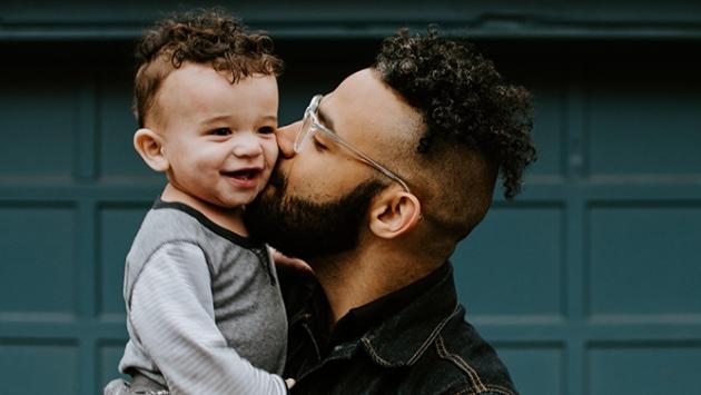 Un père et son fils dans ses bras