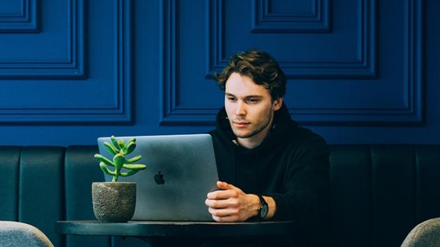Homme qui travaille devant son ordinateur