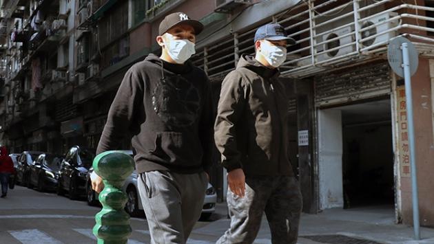 Hommes asiatiques qui portent le masque