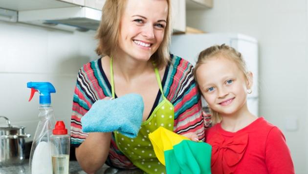 Maman qui fait du ménage avec sa fille