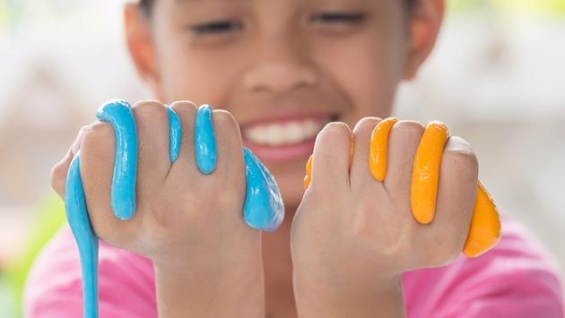 Petit garçon qui joue avec de la slime gluante