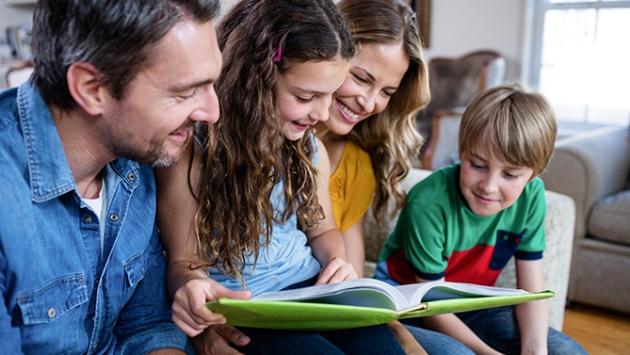 Famille regardant un album photo
