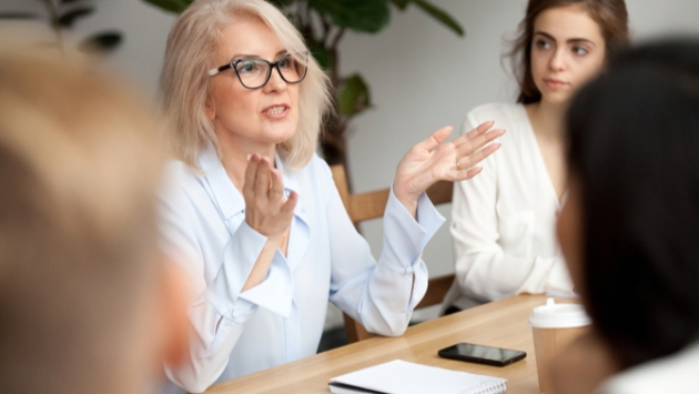 Femme qui gesticule lors d'un meeting